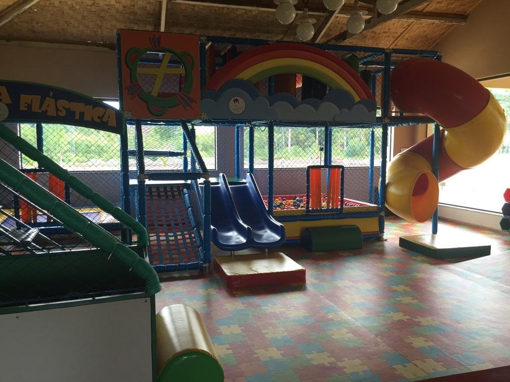 Playground equipado com brinquedos e vídeo games