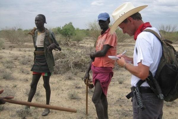 Paul entrevistando moradores locais