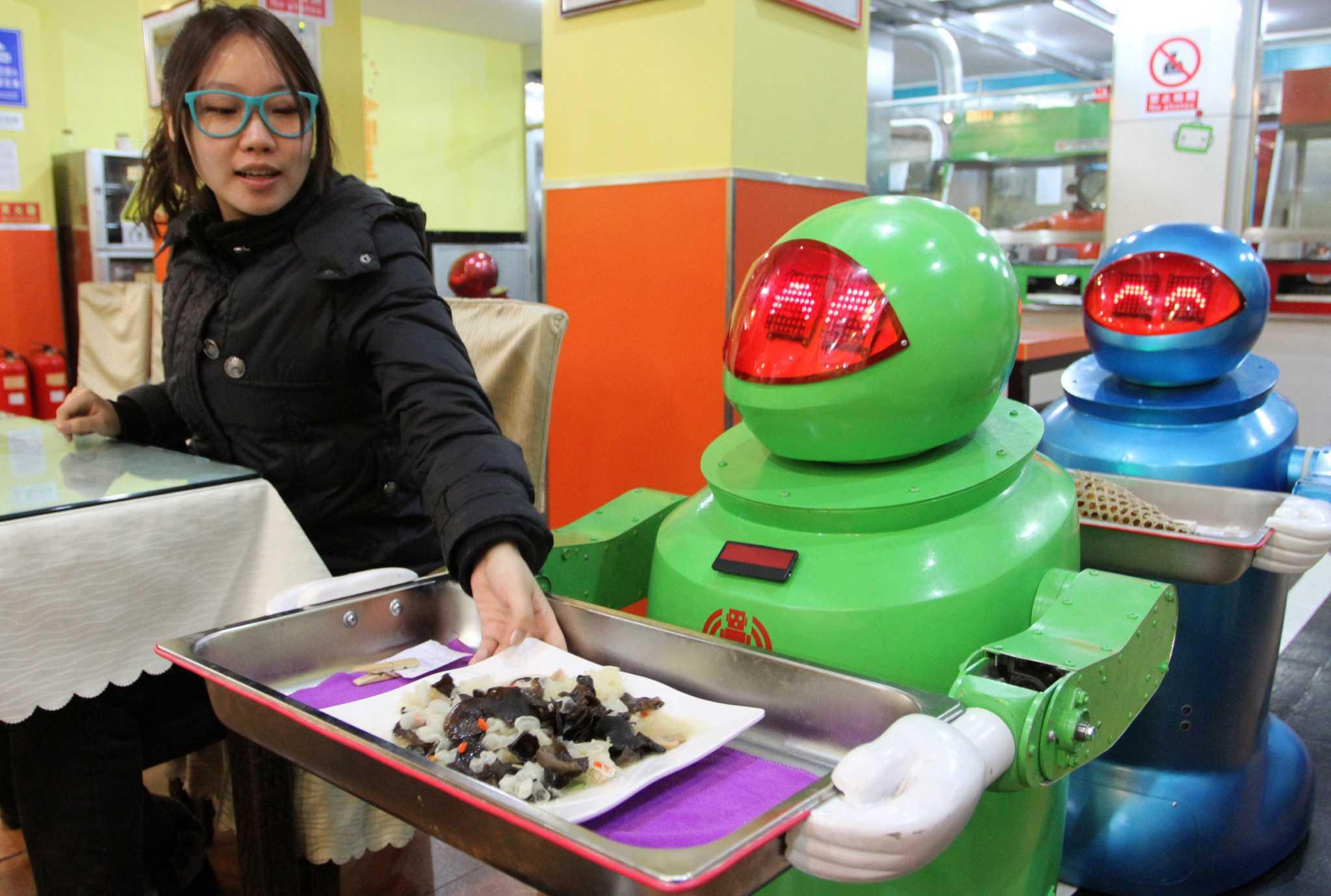 """Um robô servindo os clientes no """"Robot Kitchen"""""""