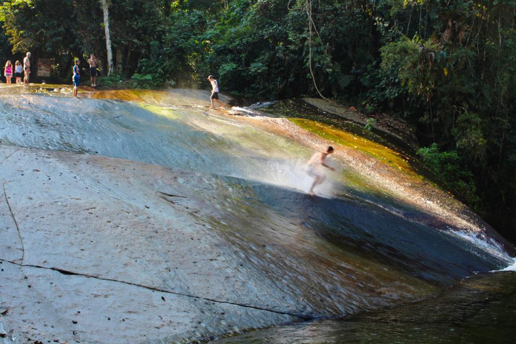 Cachoeira do Tobogã sendo surfada por um local