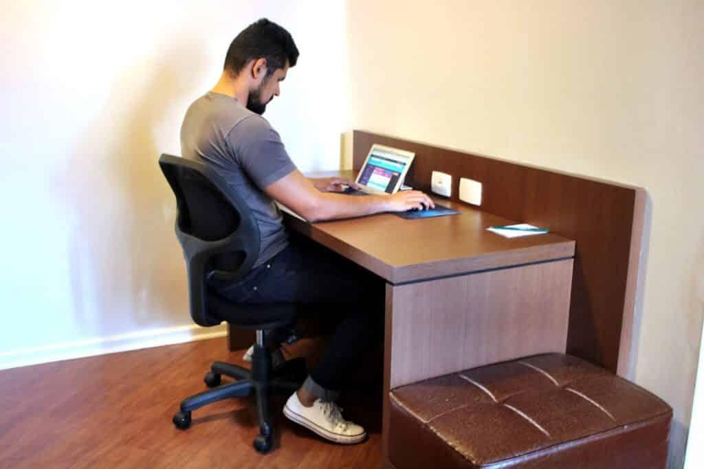 Ótima mesa de trabalho e ótima conexão de internet