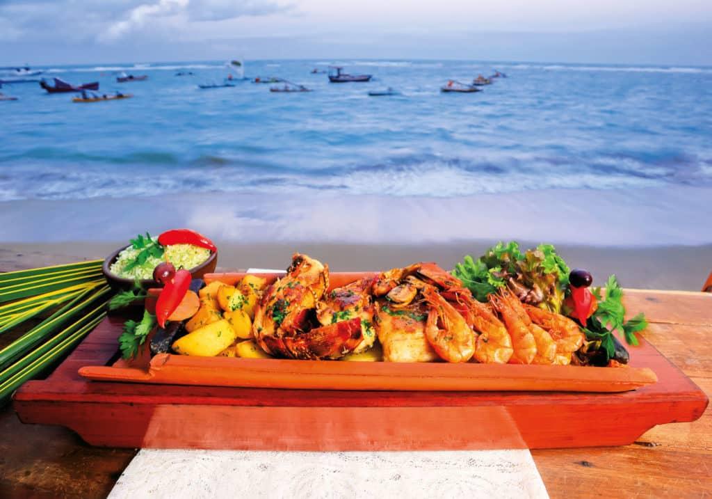 Prato tradicional, servido em frente às piscinas naturais